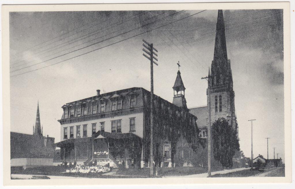 École St. Ann's Academy et la Cathédrale catholique Holy Rosary, rue Georgia, Vancouver, en 1907 (carte reproduction) (SHFCB 2016.02.92)
