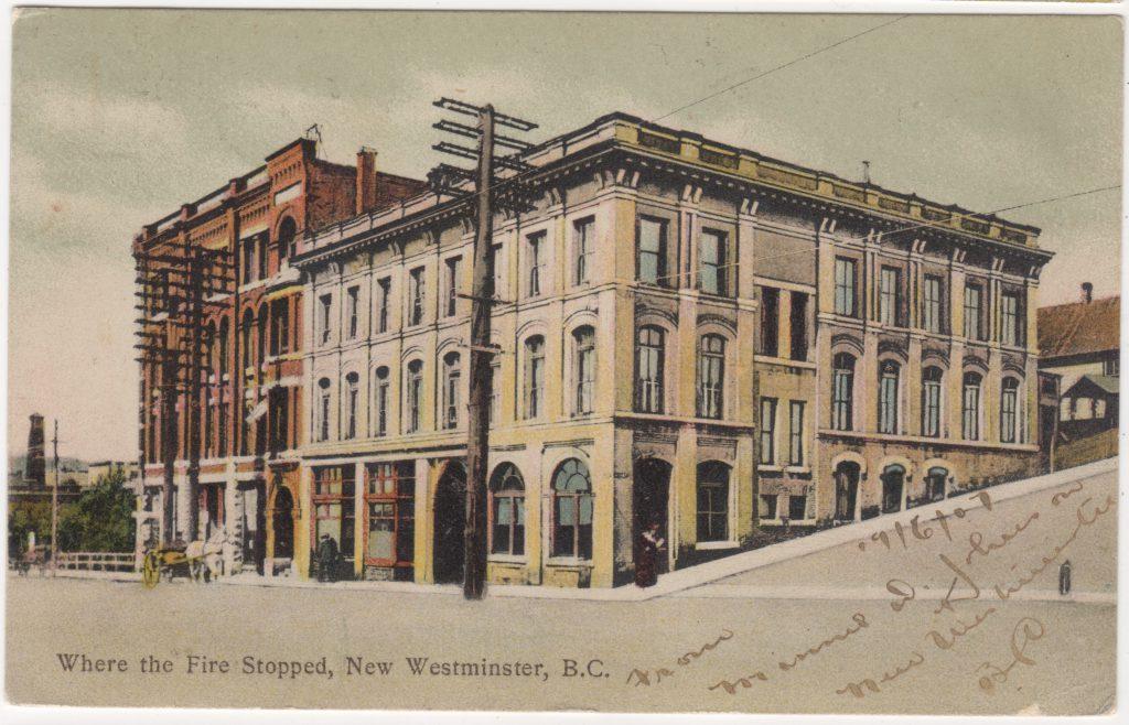 Hôtel Guichon (à g.), où arrêta l'incendie de New Westminster; postée en 1907 (SHFCB 2016.02.127)