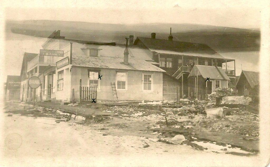 Magasin et résidence de la famille Téléphone Marion, Quesnel, suite à l'incendie de la Banque Royale, 1916 (SHFCB)