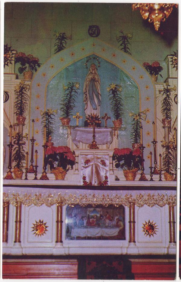 Autel, Église Notre-Dame de Lourdes, Maillardville, Coquitlam; ca. années 1950 (SHFCB 2016.02.202)