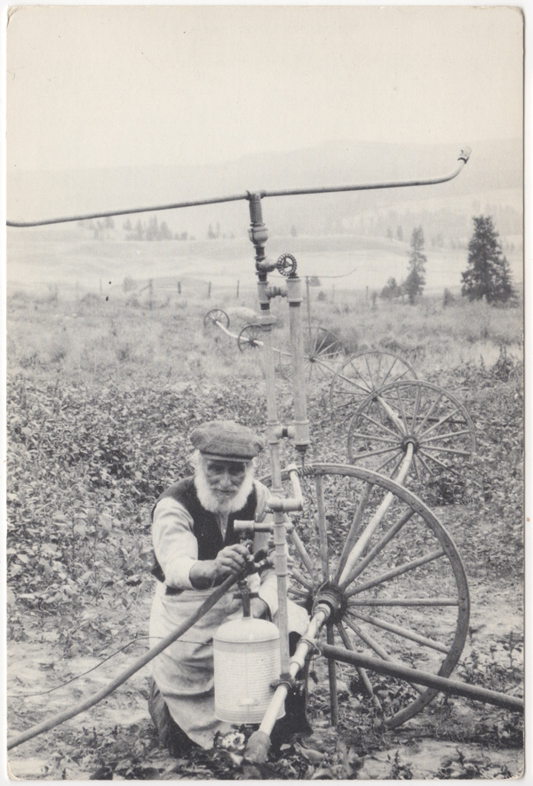 Clem Vacher installant son système d'irrigation, Okanagan, 1912 (carte reproduction) (SHFCB 2016.02.150)